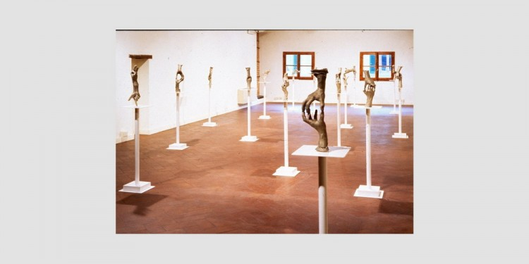 Bruce-Nauman-Untitled-fifteen-pairs-of-hand-veduta-dellinstallazione-1998