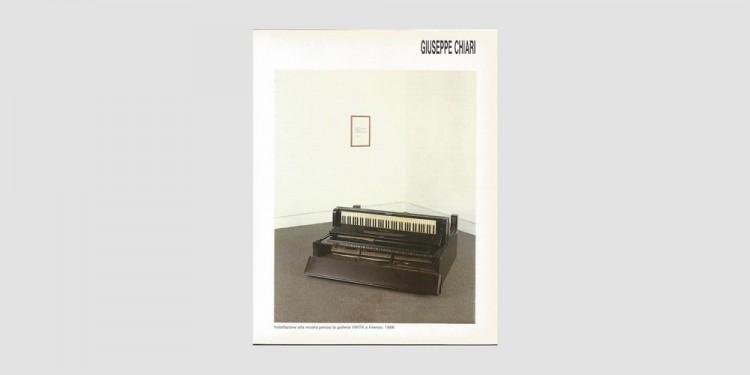 Giuseppe-Chiari-installazione-alla-mostra-presso-la-galleria-VIVITA-a-Firenze-1986