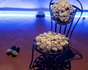 24_ Cinzia Ruggeri, Sedia da doccia, 1980 c.a., steel chair, natural sponges, rhinestones and pearls 81 x 40 cm, ph OKNOstudio