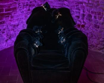 5_Cinzia Ruggeri, Vanity gatti, 1995, stuffed toy cats, LEDs, velvet, Poltrona Frau armchair, 94 x 99 x 91 cm, ph OKNOstudio