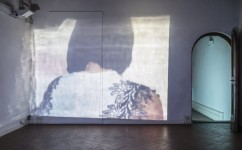 20_ Lee Kit, Tell, 2018. Video in loop. Courtesy l'artista e galleria Massimo De Carlo, MilanoLondraHong Kong. Foto OKNOstudio.