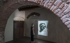 3_ Lee Kit, Linger on, your lit-up shade, Casa Masaccio Centro per l'Arte Contemporanea. Veduta della mostra. Foto OKNOstudio.