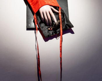 31_Cinzia Ruggeri, Mano con borsa, n.d., bag, dummy hand, plastic animals, canvas, 90 x 31 cm, ph OKNOstudio