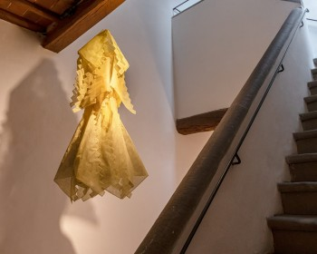 8_Cinzia Ruggeri, Abito giallo a scale, 1980 c.a., fabric garment, dimensions variable, ph OKNOstudio